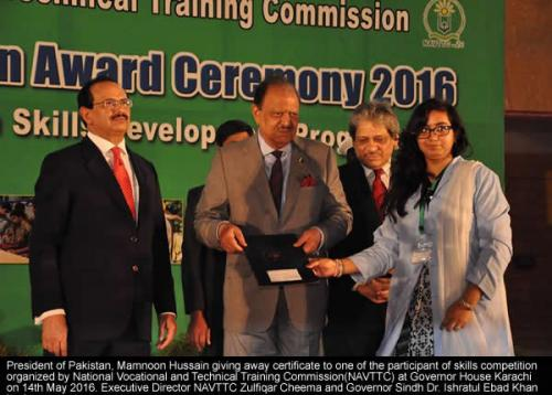 Mamnoon Hussain giving away certificate